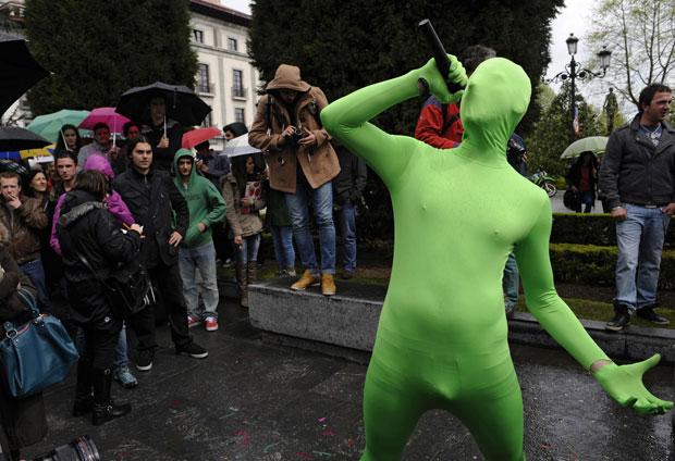 'Superpublica', com seu uniforme [desnecessariamente] colado ao corpo, fala em meio aos manifestantes (Foto: Eloy Alonso/Reuters)