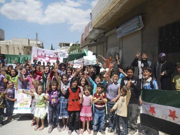As imagens do protesto foram divulgadas pela oposição, em mais um dia de confrontos e mortes no país, após duas semanas de precária trégua patrocinada pela ONU (Foto: Raad Al Fares/Shaam News Network/Reuters)