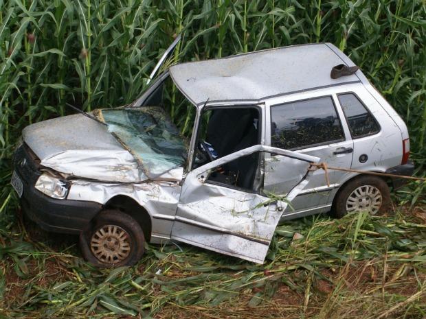 Casal estava em veículo de passeio que capotou e foi parar em plantação de milho (Foto: Nelso Gabiatti/Dourados Informa)