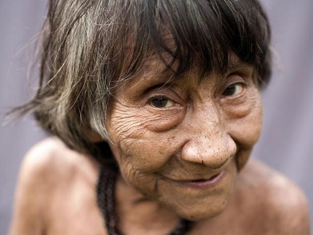 Acredita-se que Amerintxia é a mais velha dos Awá, mas ela ainda coleta sua própria comida e vive sozinha em um abrigo feito de folhas. (Foto: Survival/BBC)