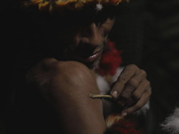 Mulheres Awá decoram os homens para um ritual chamado karawara, no qual eles entram em um estado de transe para tentar se comunicar com espíritos ancestrais (Foto: Survival/BBC)