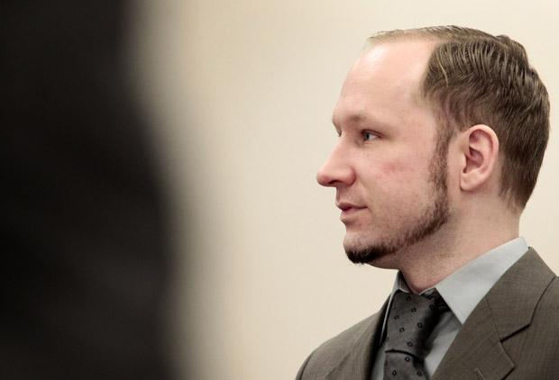 O ultradireitista Anders Behring Breivik nesta quarta-feira (25) no tribunal em Oslo (Foto: AP)
