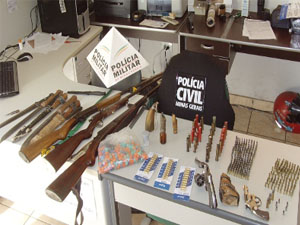 Polícia apreende armas durante operação em Jacuí. (Foto: Polícia Militar)