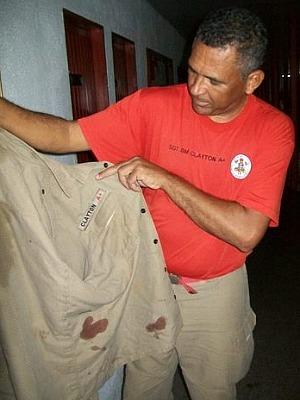 Sargento Clayton mostra farda usada para enrolar recém-nascido. (Foto: MT Notícias)