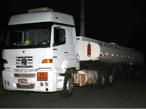 Caminhão-tanque foi localizado após ligação anônima. Quatro pessoas foram detidas. (Foto: Chinês/ Agência Miséria)