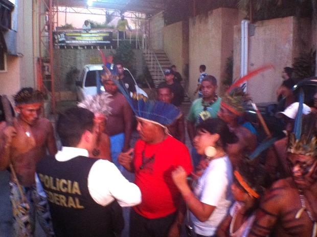 Índios desocuparam sede da Funai depois de pouco mais de uma hora de conversa com a coordenadoria regional do órgão (Foto: Marcos Dantas/ G1 AM)