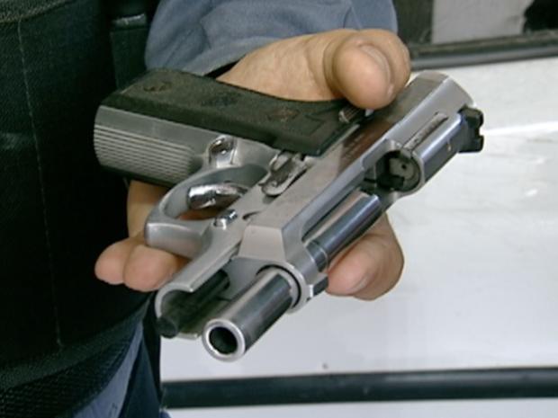 Uma das armas encontradas com os três suspeitos, em Vitória. (Foto: Reprodução/TV Gazeta)