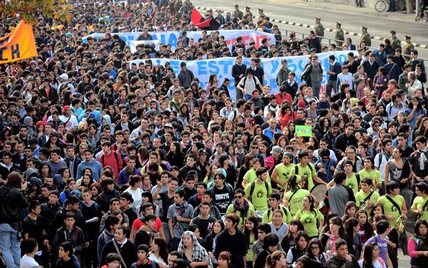 Estudantes marcham por Santiago em protesto por uma educação melhor no Chile (Foto: AFP)