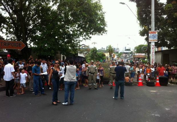 Moradores interditaram trânsito no São Jorge (Foto: Arthemisa Gadelha/TV Amazonas)