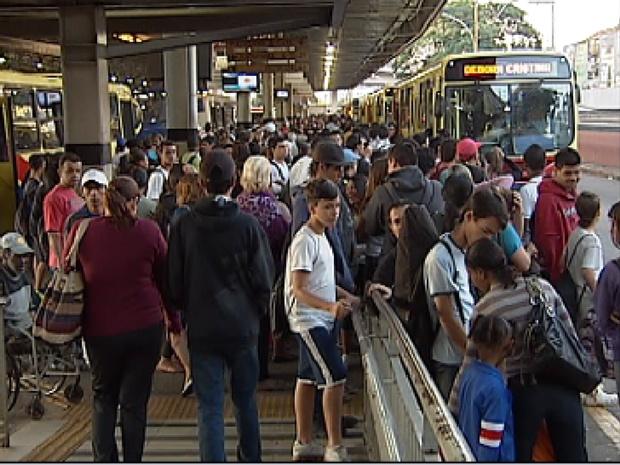 Terminal rodoviário de Rio Preto (SP) lotado e crianças na fila para pegar ônibus (Foto: Reprodução / TV Tem)
