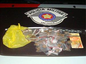 Porções de maconha apreendidas com suspeito de receptação de veículo em Paulínia (Foto: Divulgação/Polícia Militar)