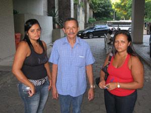 Reginaldo, Regivânia e Rejane esperavam por mais informações no Hospital Souza Cruz (Foto: Daniel Fraiha/G1)