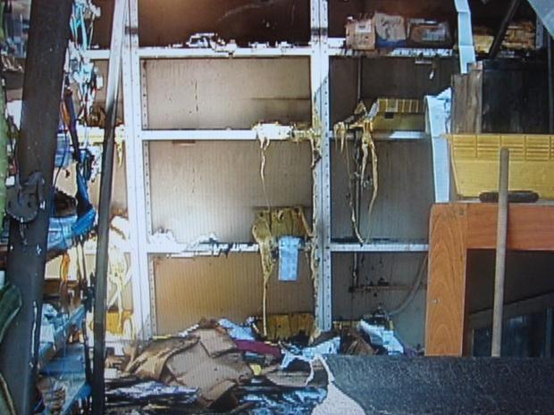 Depósito da agência ficou destruído após o incêndio (Foto: Reprodução/TV TEM)