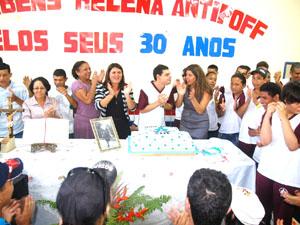 Gestora, professores e alunos comemoram os 30 anos de fundação do centro de ensino (Foto: Divulgação)