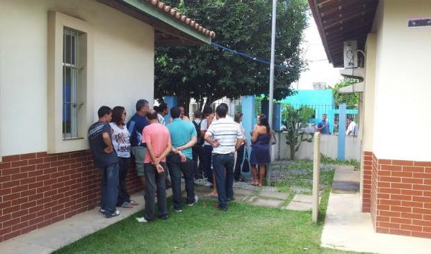 Aglomeração em frente ao IML de Teixeira de Freitas, na Bahia. (Foto: Leandro Nossa/G1 ES)