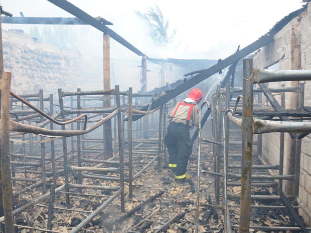 Fogo atinge canteiro de obras no Altiplano, João Pessoa, Paraíba (Foto: Walter Paparazzo/G1)