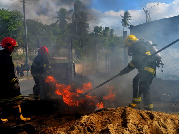 Bombeiros controlam incêndio em borracharia em João Pessoa (Foto: Walter Paparazzo/G1 PB)