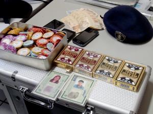 Fichas, celulares e baralhos estavam na casal do suspeito (Foto: Nikolas Capp/ G1)