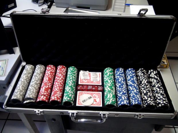 Caixa com fichas e um caderno com dívidas que seriam de jogo também foram encontrados (Foto: Nikolas Capp/ G1)