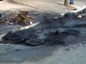 Moradores queimam pneus em protesto contra trânsito de Franca (Foto: Reprodução EPTV)