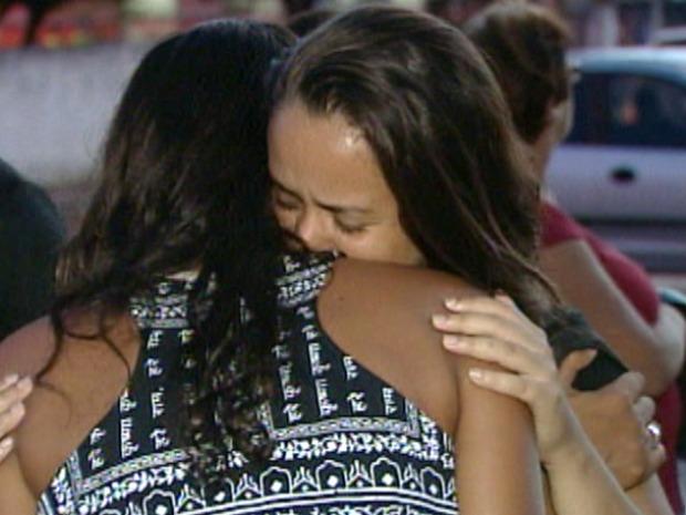 Jovem se emociona em despedida de amiga (Foto: Reprodução/TV Gazeta)