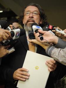 O advogado Antonio Carlos de Almeida Castro, conhecido como Kakay, após entregar defesa de Demóstenes no Senado (Foto: Fabio Rodrigues Pozzebom/ABr)