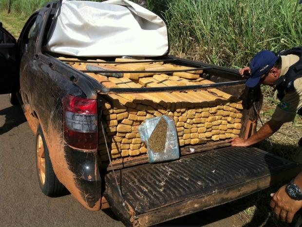 Tabletes da droga em carroceria de picape abandonada (Foto: Edson Ferraz/TV Morena)