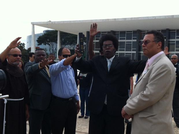 Antes da sessão, um grupo da Fundação Zumbi dos Palmares, composto de cerca de 50 pessoas, se reuniu em frente ao prédio do STF, em Brasília, para abençoar o advogado que fará a sustentação oral em defesa das cotas. O advogado foi abençoado por um padre, um pastor e um adepto do candomblé. (Foto: Débora Santos / G1)