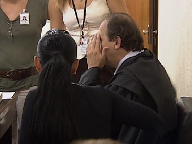 Advogado de defesa passa mal durante o julgamento do suspeito de matar peão (Foto: Reprodução / TV Tem)