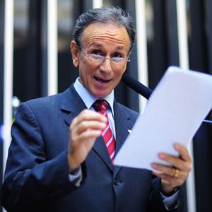 O deputado Paulo Piau (PMDB-MG), durante leitura do relatório do Código Florestal (Foto: Saulo Cruz/Agência Câmara)