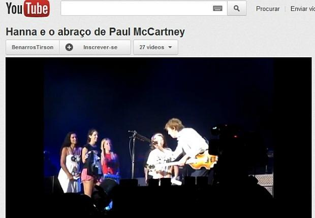 Manauense ganha abraço de Paul McCartney durante show de Paul MacCartney no Recife (Foto: Reprodução/Youtube)