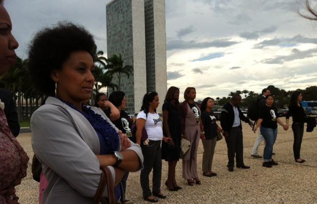 Grupo em frente ao Supremo pede continuidade do sistema de cotas em universidades (Foto: Débora Santos / G1)