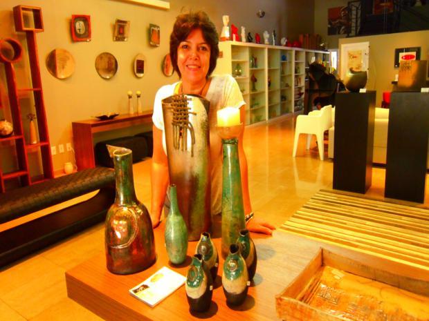 Clara Coelho, artista bauruense, mostra suas obras de cerâmica raku. (Foto: Divulgação/É+ART)