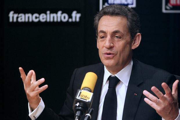 O presidente da França, Nicolas Sarkozy, dá entrevista em rádio em Paris nesta quarta-feira (25) (Foto: AFP)