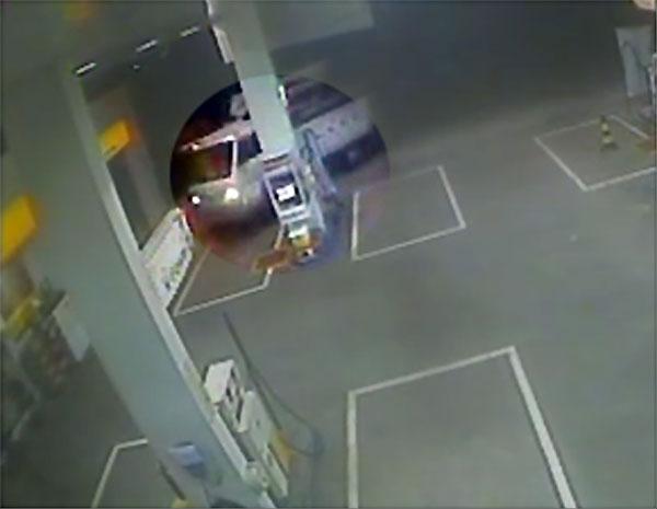 Ladrões usam um caminhão roubado da Companhia Paulista de Força e Luz (CPFL) para tentar arrombar o cofre de posto (Foto: Reprodução EPTV)
