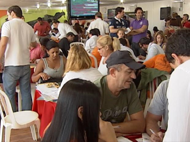 Compradores negociam lotes para condomínio fechado em Rio Preto (Foto: Reprodução / TV Tem)