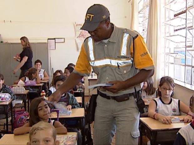 Guarda Municipal de Catanduva (SP) faz a educação de trânsito nas escolas (Foto: Reprodução / TV Tem)