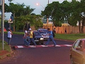 Lombadas são instaladas em avenida próximo à universidade (Foto: Reprodução/TV Integração)