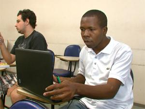 O estudante de medicina Raynord Mayard durante aula na UFSCar (Foto: Reprodução/EPTV)