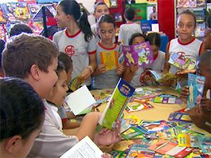 Crianças escolhem livro em feira de Porto Ferreira (Foto: Reprodução/EPTV)
