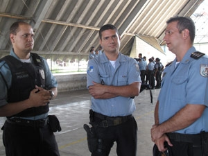 PMs reunidos com o capitão Rodrigues (à direita) no ginásio do ciep da comunidade Nova Holanda (Foto: Lilian Quaino/G1)