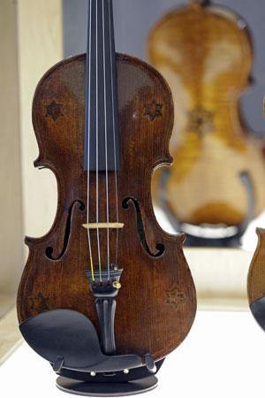Violino com cinco estrelas de Davi é exibido na Universidade da Carolina do Norte, nos EUA (Foto: Chuck Burton/AP)