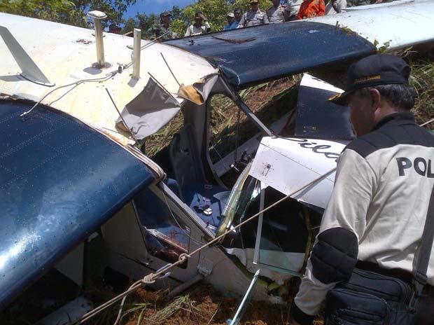 Destroços do avião que caiu nesta quinta-feira (26) em Tabang, na Indonésia (Foto: AFP)