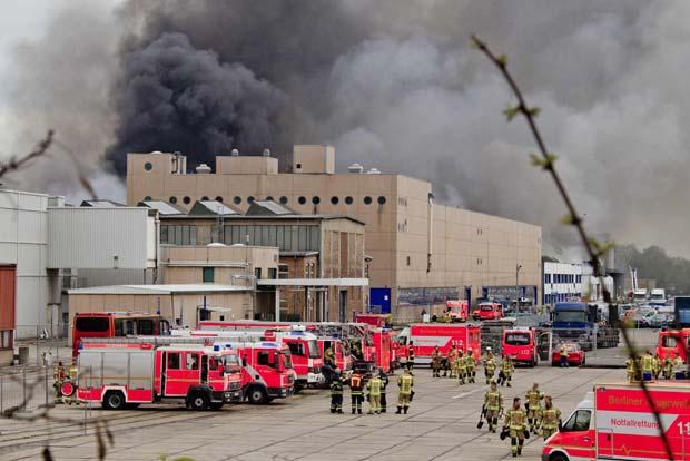 Incêndio destrói depósito na Alemanha nesta quinta-feira (26) (Foto: Thomas Peter/Reuters)