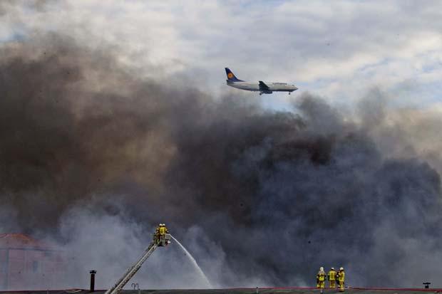 Fogo ocorreu próximo ao aeroporto de Tegel, na capital (Foto: Thomas Peter/Reuters)