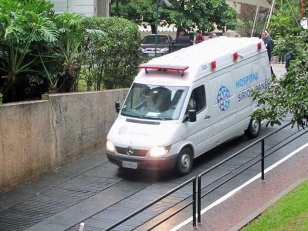 Ambulância chega ao Hospital Sírio-Libânes (Foto: Marcelo Mora/G1)