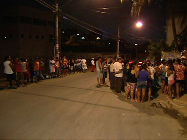 Crime atraiu muitos moradores ao local (Foto: Reprodução/TV Gazeta)