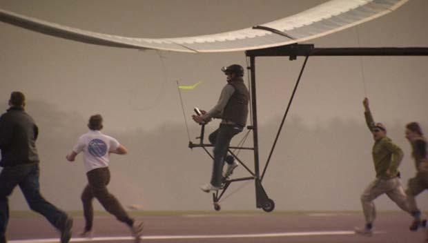 Apresentador da BBC põe à prova avião movido a pedais (Foto: BBC)