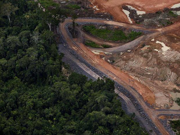 Trecho de floresta que foi suprimido para construção da usina hidrelétrica. (Foto: Divulgação/Greenpeace/Marizilda Cruppe)