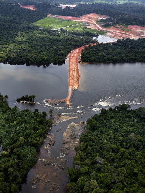 Barragem construída pela Norte Energia corta Rio Xingu, na região de Altamira, no Pará. (Foto: Divulgação/Greenpeace/Marizilda Cruppe)